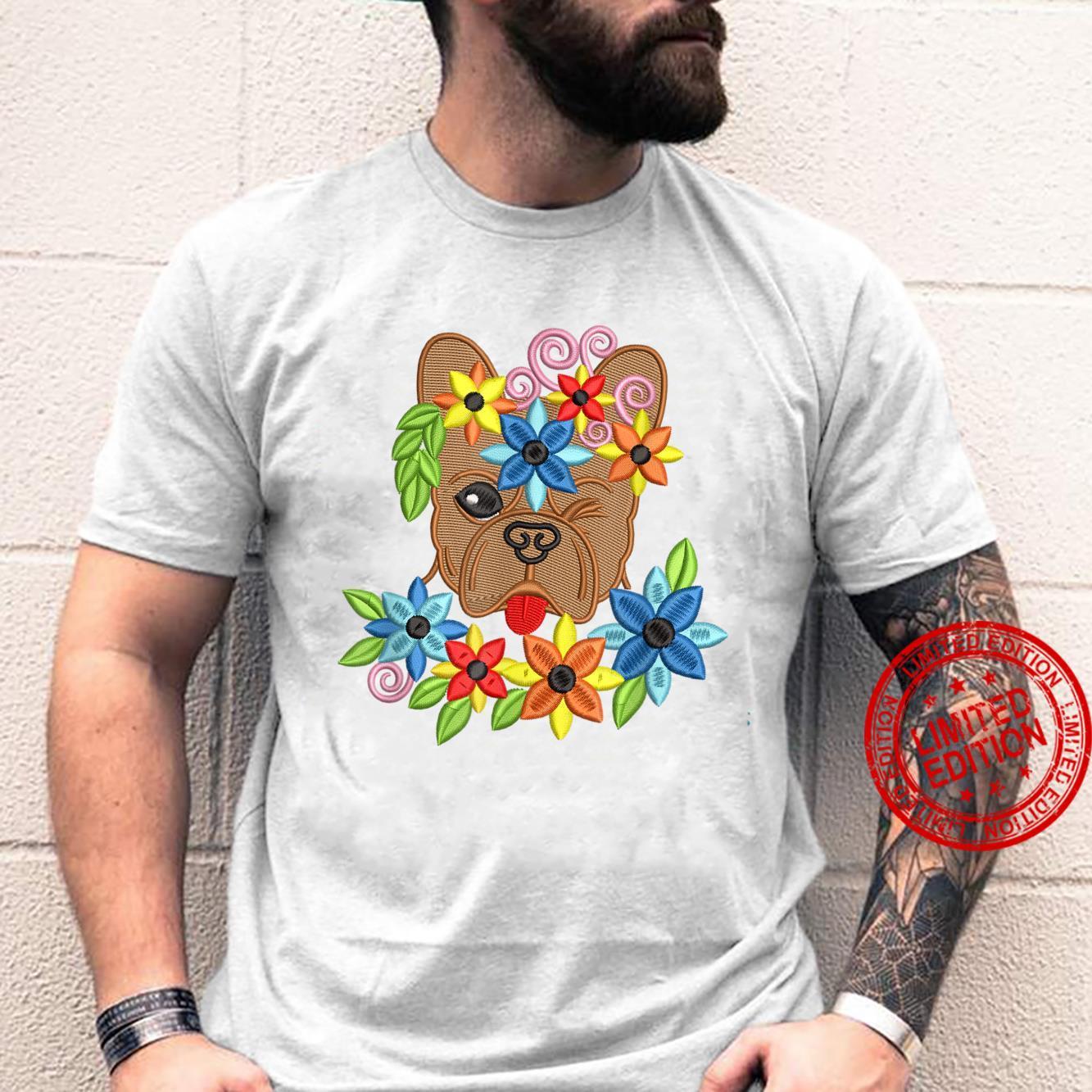 Süße alberne französische Bulldogge mit Blumen bestickter Shirt
